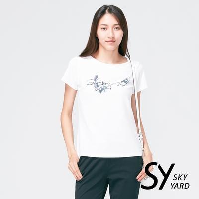【SKY YARD 天空花園】胸口花朵印花圓領造型上衣-白色