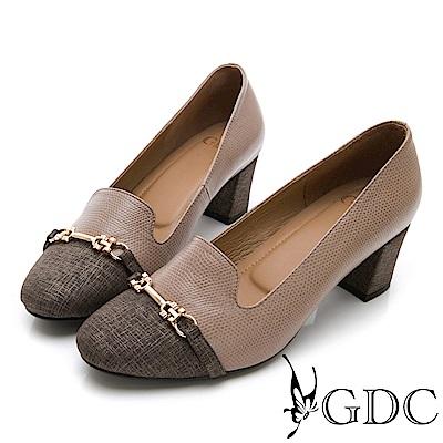 GDC-異材拼接單寧風格金屬扣低跟包鞋-卡其色