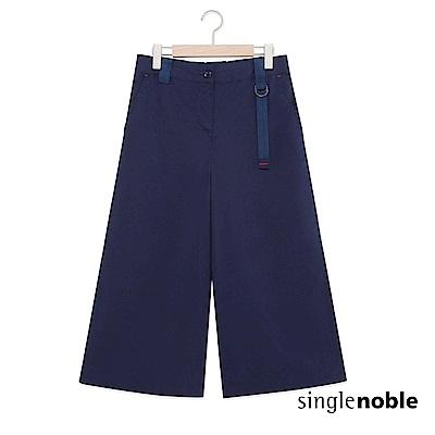 獨身貴族 俐落自在釦環織帶設計寬褲(1色)