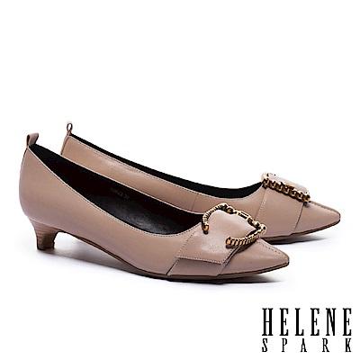 低跟鞋 HELENE SPARK 摩登高雅金鑽繫帶釦全真皮尖頭低跟鞋-米