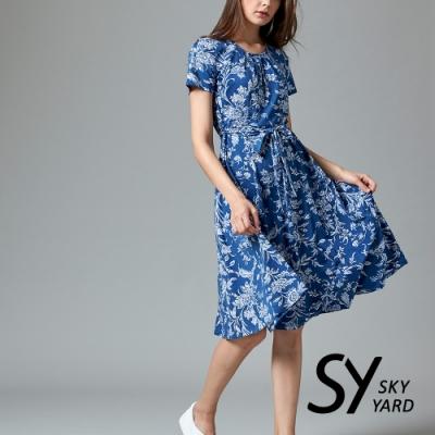 【SKY YARD 天空花園】花朵寫意涼感綁帶連身洋裝-中藍色