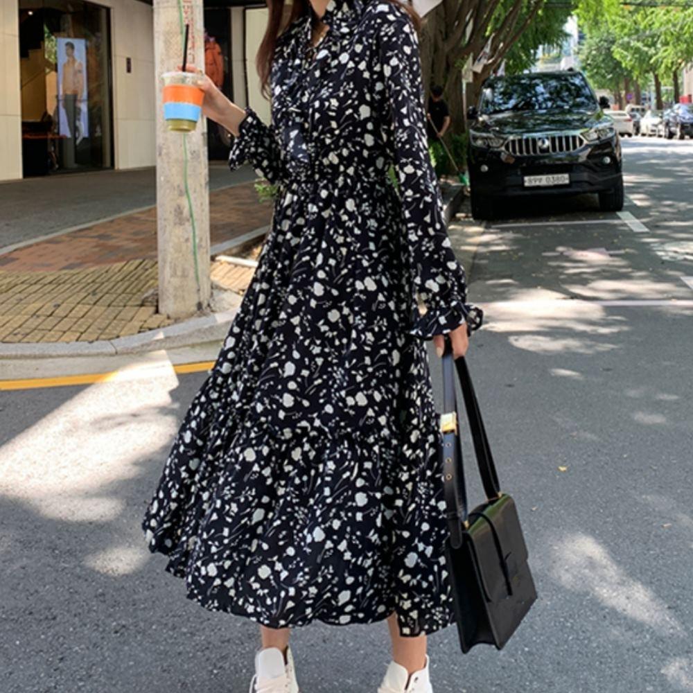 MOCO荷葉領繫帶花朵印花鬆緊縮腰荷葉袖滑料質感連身洋裝XL~4XL