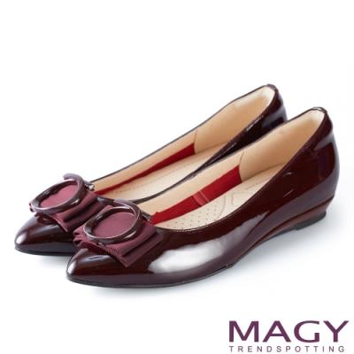 MAGY 氣質首選 造型圓釦牛皮尖頭楔型平底鞋-酒紅