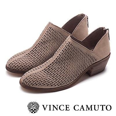 VINCE CAMUTO 側V字簍空麂皮中跟踝靴-絨灰