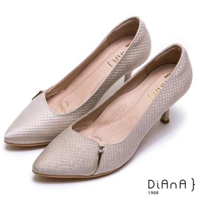 DIANA 三角金屬釦水鑽方格壓紋尖頭高跟鞋-漫步雲端焦糖美人款-米