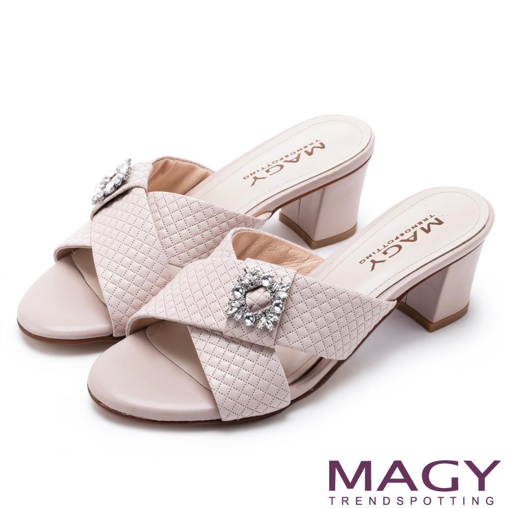 MAGY 耀眼時尚 寬版交叉壓紋牛皮粗跟涼拖鞋-粉裸