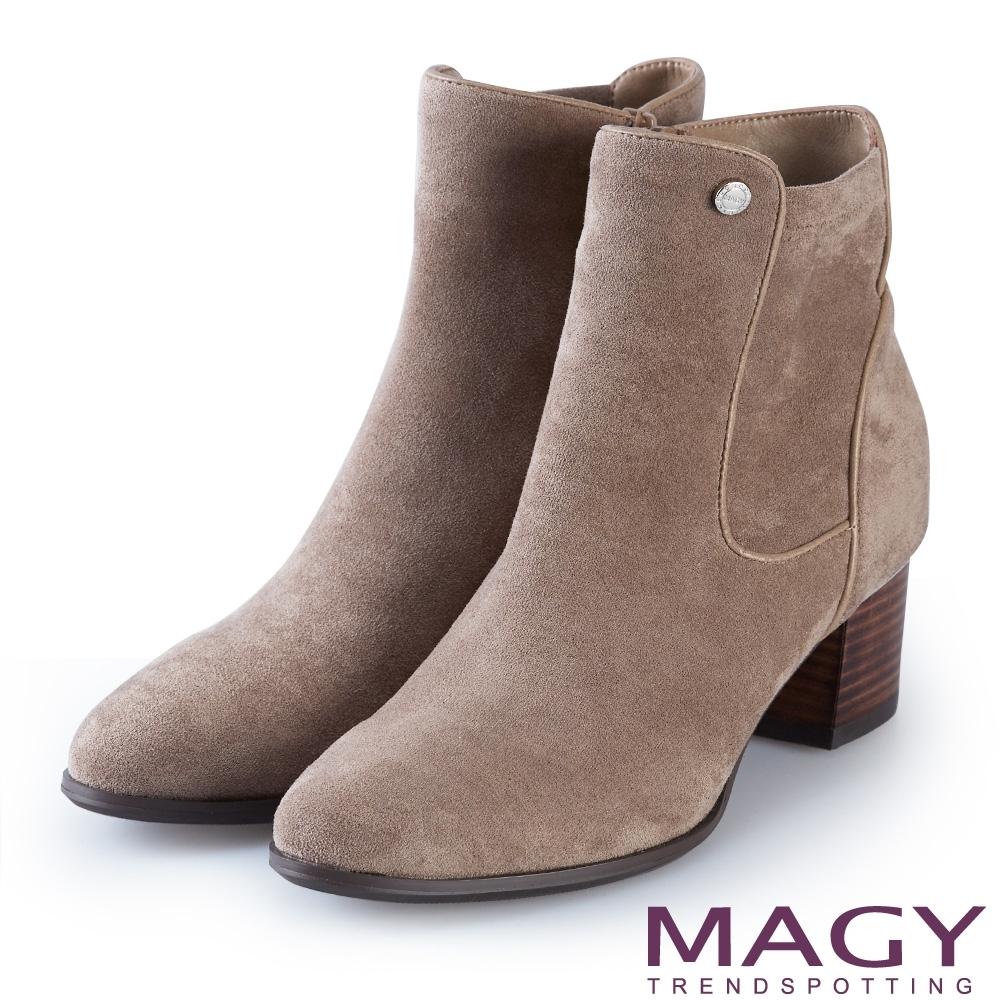 MAGY 俐落剪裁絨布粗跟 女 短靴 可可