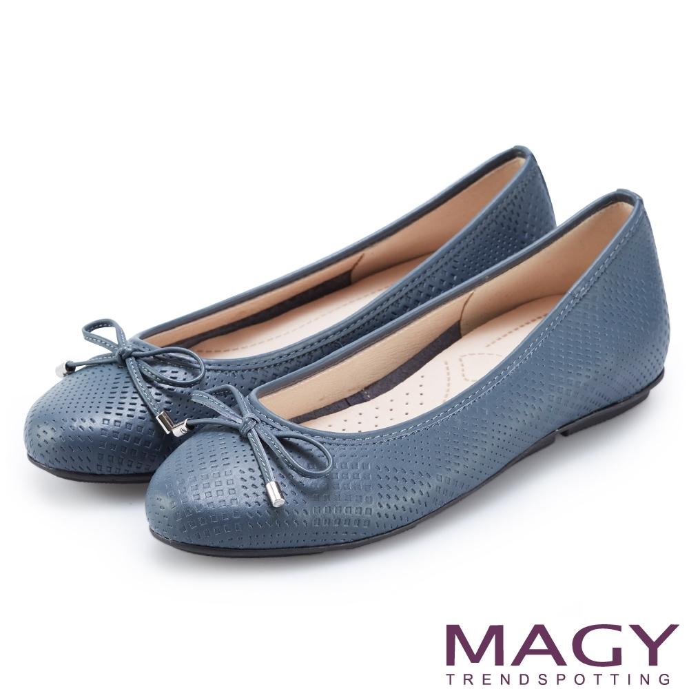 MAGY 氣質壓紋牛皮平底娃娃鞋 藍色