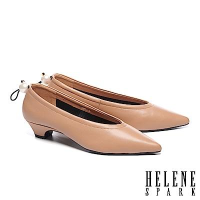 低跟鞋 HELENE SPARK 簡約懷舊珍珠鬆緊帶尖頭低跟鞋-米