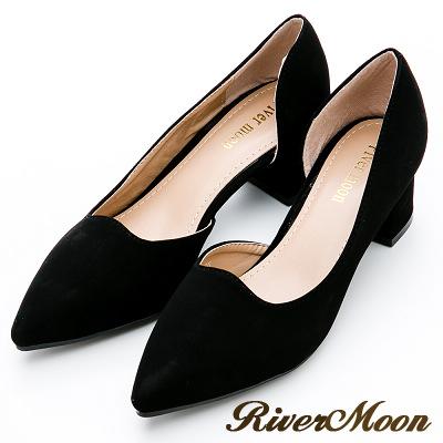 River&Moon大尺碼-首爾尖頭側挖空素面低跟鞋-名媛黑