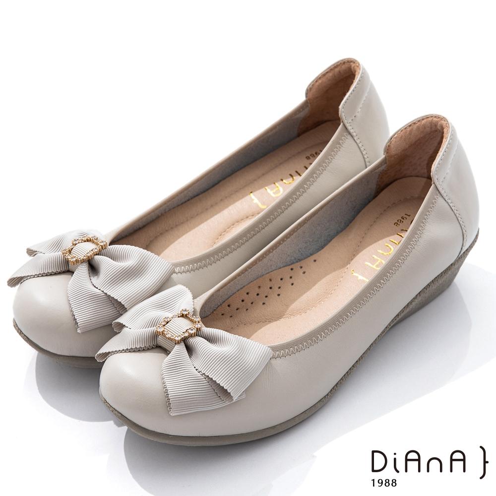 DIANA 3.5cm 質感牛皮金屬水鑽蝴蝶結娃娃鞋-氣質甜美-米