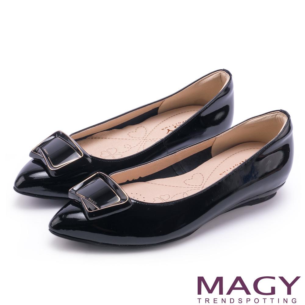 MAGY 清新氣質款 方型飾釦牛皮尖頭平底鞋-黑色