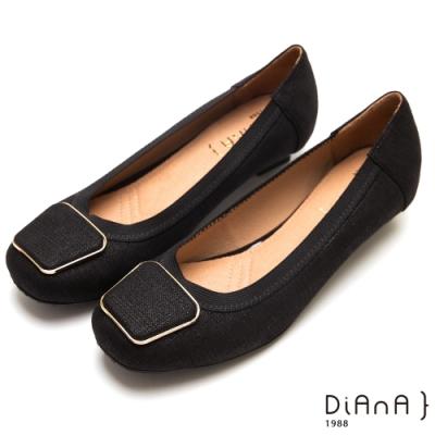 DIANA梯形金邊方飾釦黑色鬆緊帶滾邊壓紋布方頭低跟娃娃鞋-黑