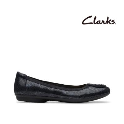 Clarks 摩登經典 大圓圖騰飾扣壓紋娃娃鞋 黑色