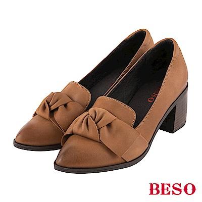 BESO 個性品味 蝴蝶結尖頭樂福粗跟鞋~卡其