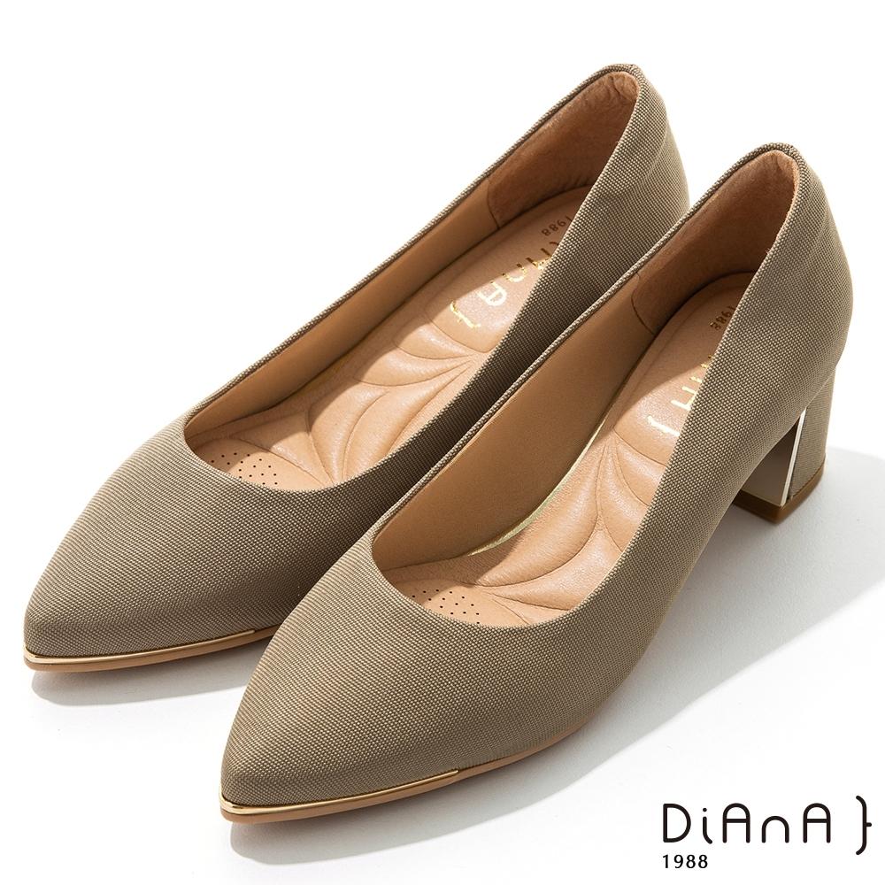 DIANA 5.5公分羅馬紋布金屬飾方尖頭粗跟鞋-細緻韻味 –藕灰綠