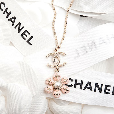 CHANEL 經典雙C LOGO垂墜粉紅花朵鑲珍珠項鍊 (金色)