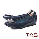 TAS U型金屬飾扣漆皮內增高娃娃鞋–知性藍