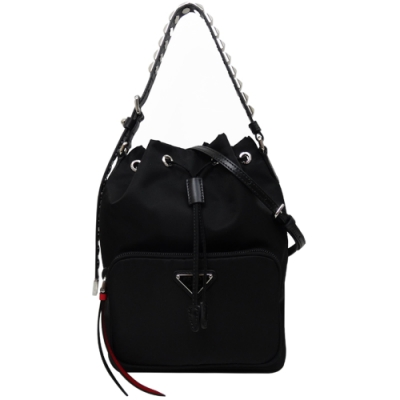 PRADA 紅黑配皮革鉚釘飾尼龍束口水桶包(黑色)
