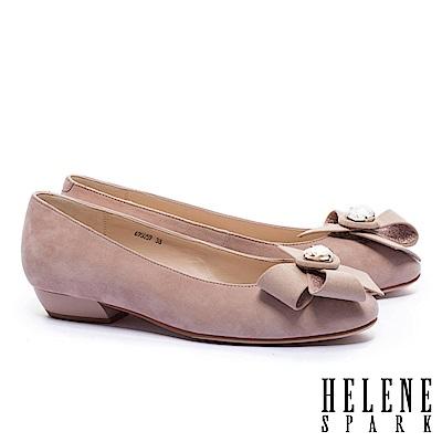低跟鞋 HELENE SPARK 浪漫柔美晶鑽手工花飾羊麂皮粗低跟鞋-米