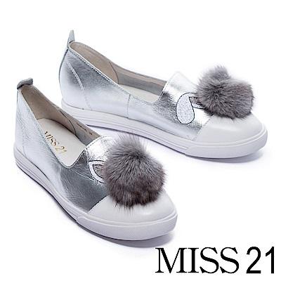 休閒鞋 MISS 21 立體毛毛球電繡牛皮拼接平底休閒鞋-銀