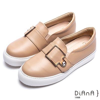 DIANA 漫步雲端焦糖美人款-寬版皮帶鑽飾釦休閒鞋-卡其