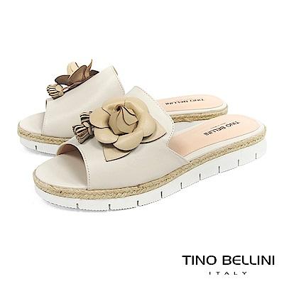 Tino Bellini 巴西進口優雅花朵流蘇麻編厚底涼拖鞋 _ 米白