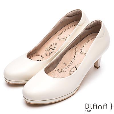 DIANA 漫步雲端布朗尼美人款--輕彈OL舒適7公分圓頭制鞋-米