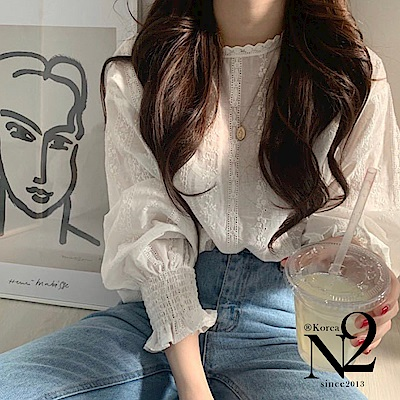 上衣 素色蕾絲鉤花造型縮口袖上衣(米白色)N2