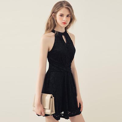 AIR SPACE 交叉繫帶削肩花朵蕾絲洋裝(黑)