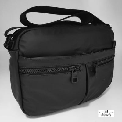 【Misstery】側背包熱壓PU面料休閒側背包-黑