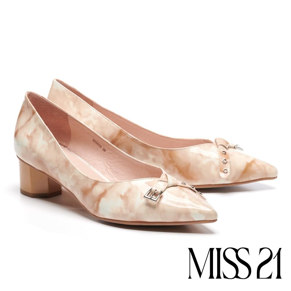 跟鞋 MISS 21 知性漆皮蝴蝶結飾釦帶尖頭粗低跟鞋-米