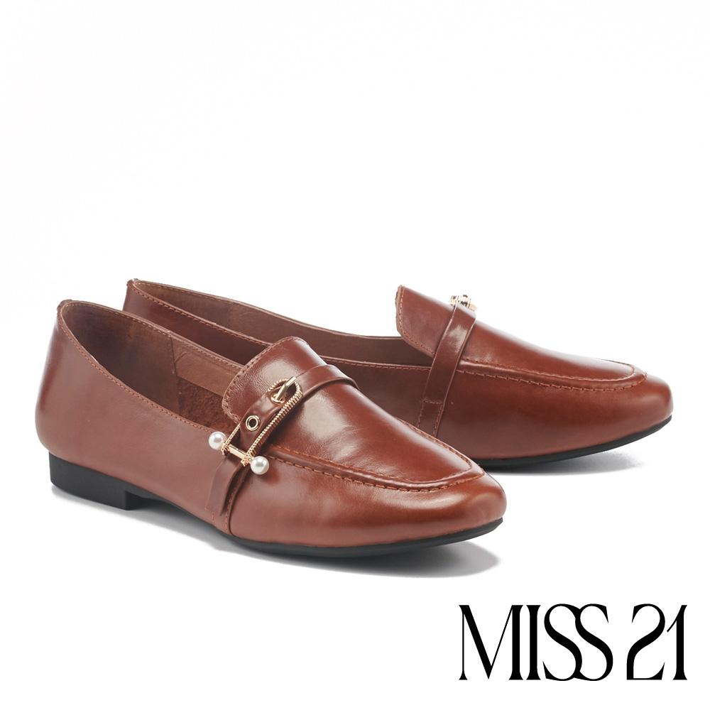 低跟鞋 MISS 21 知性美學牛皮雙珍珠方釦樂福低跟鞋-咖