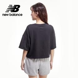 【New Balance】OPTIC 胸前橫槓短版Tee_女性_黑色_AWT