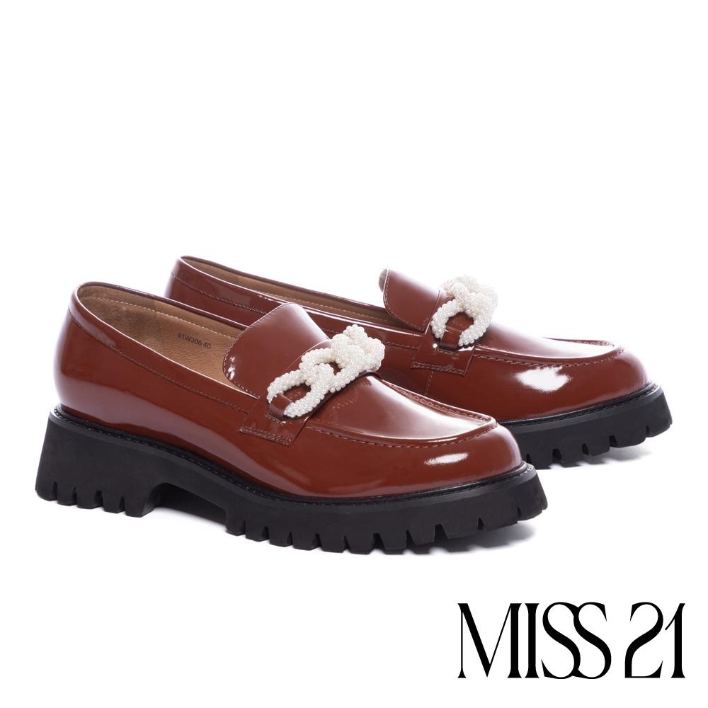 厚底鞋 MISS 21 甜酷氣質珍珠飾鏈亮感牛漆皮樂福厚底鞋-咖