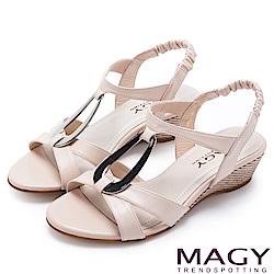 MAGY 時尚穿搭必備款 皮帶交錯造型鐵環楔型涼鞋-粉色