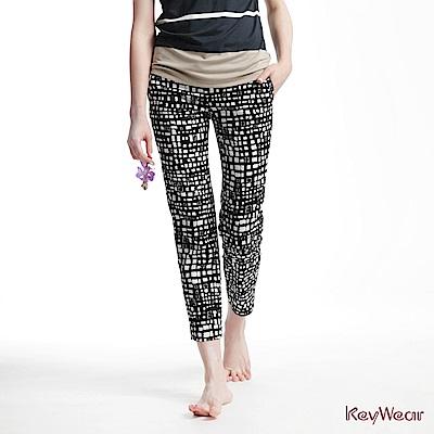 KeyWear奇威名品     趣味幾何印花筆直九分褲-黑色