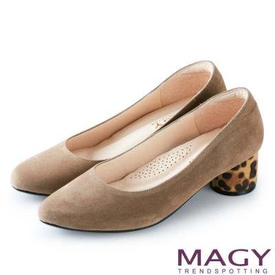 MAGY OL時髦氣場 素面豹紋鞋跟絨布粗跟鞋-可可
