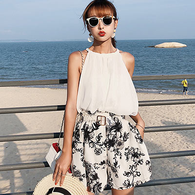 掛脖露肩上衣+印花短褲兩件套 (白色)-Kugi Girl