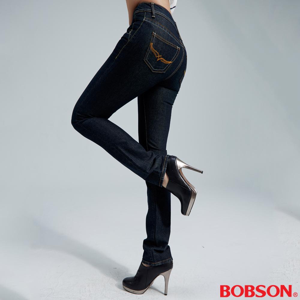 BOBSON 女款後袋刺繡小深藍直筒褲