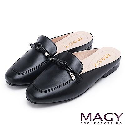 MAGY 夏日風情 真皮腳背平結後空穆勒平底鞋-黑色