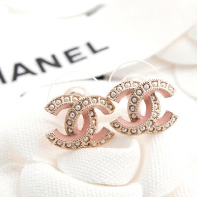 CHANEL 新款香奈兒雙C LOGO金屬鑲珍珠配粉膚琺瑯邊穿式耳環 (金色)
