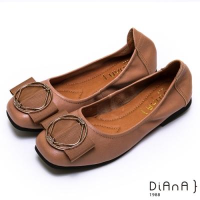 DIANA 真皮金屬幾何圓環方頭娃娃鞋-簡約商務-棕