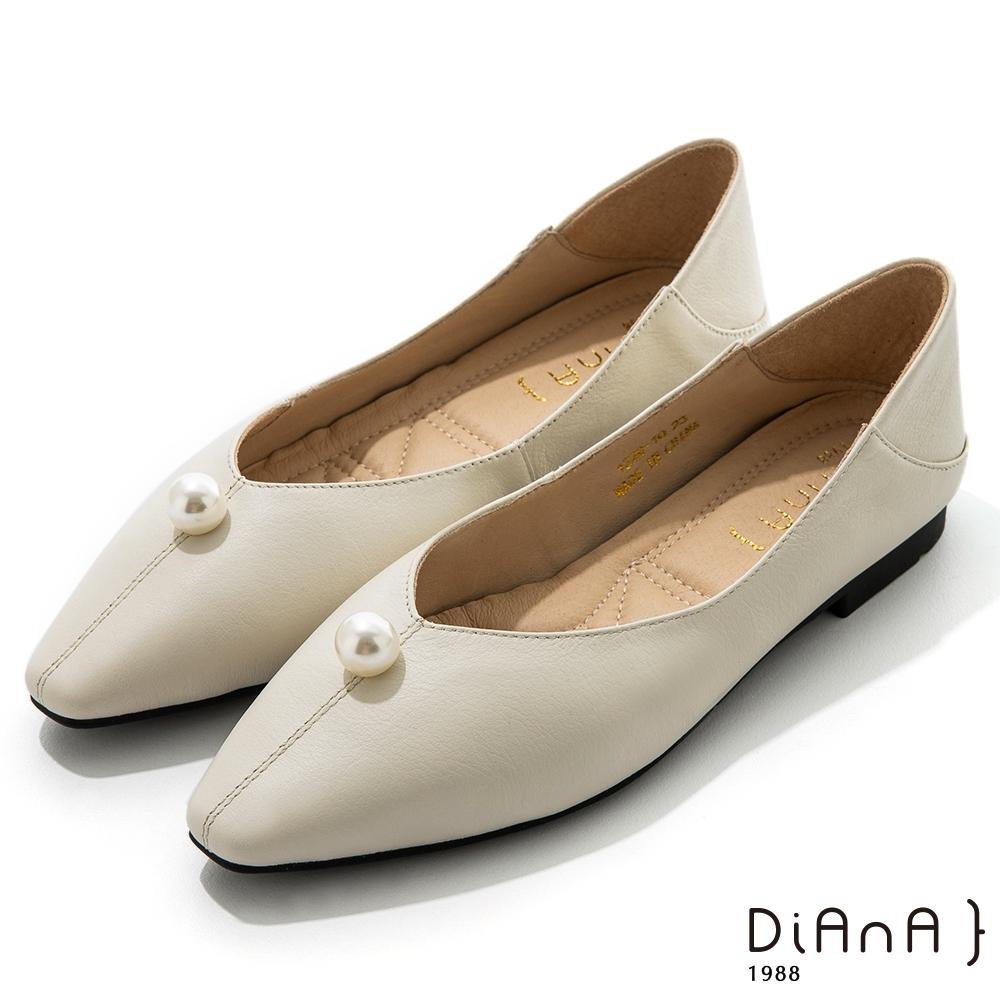 DIANA 1.7cm質感牛皮珍珠細膩縫線尖頭娃娃鞋-優雅甜美-奶油白
