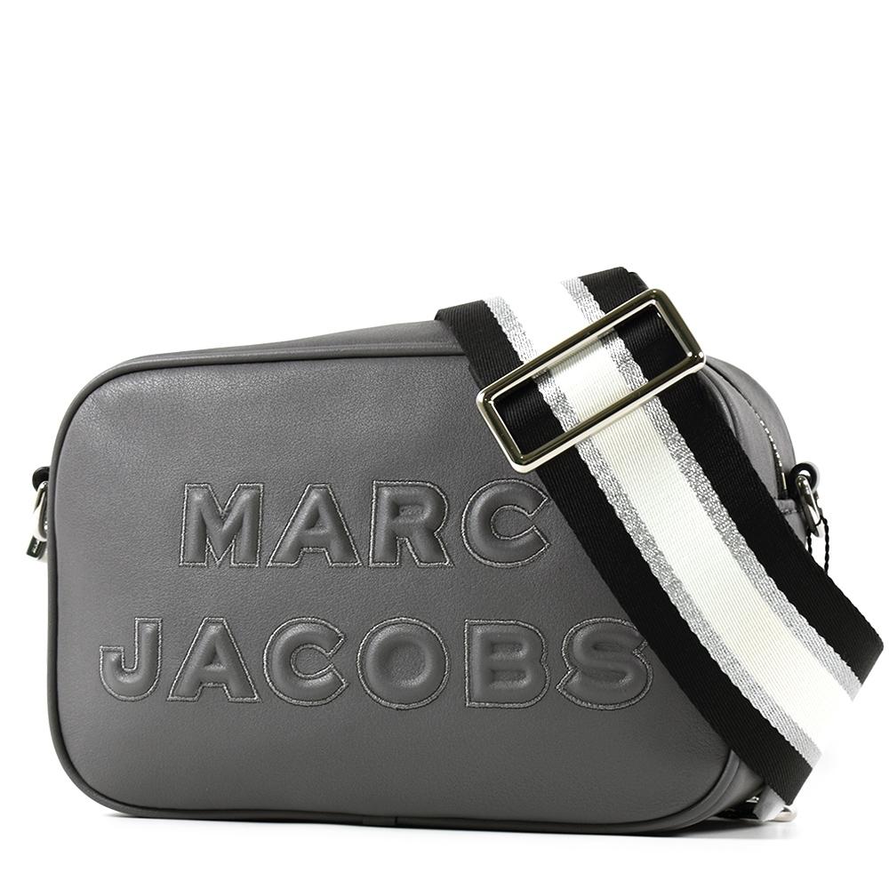 MARC JACOBS 浮雕LOGO牛皮拉鍊寬背帶相機包-墨灰