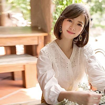 iMODA STAR-臧芮軒。高含棉純色鏤空蕾絲排釦寬鬆上衣