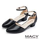 MAGY 都會優雅 素面繫踝釦環牛皮尖頭粗跟鞋-黑色
