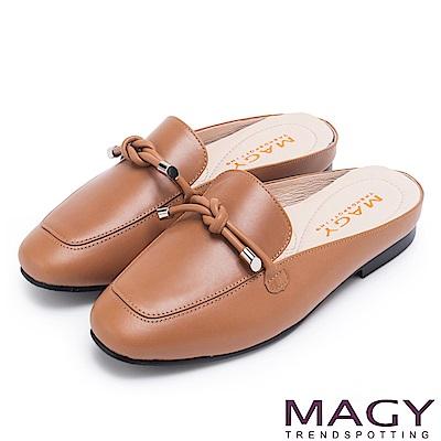 MAGY 夏日風情 真皮腳背平結後空穆勒平底鞋-棕色