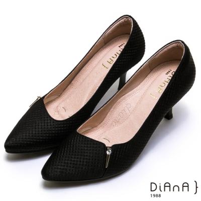 DIANA 三角金屬釦水鑽方格壓紋尖頭高跟鞋-漫步雲端焦糖美人款-黑