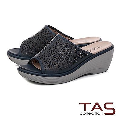 TAS 鏤空雕花厚底楔型涼拖鞋-沉穩藍